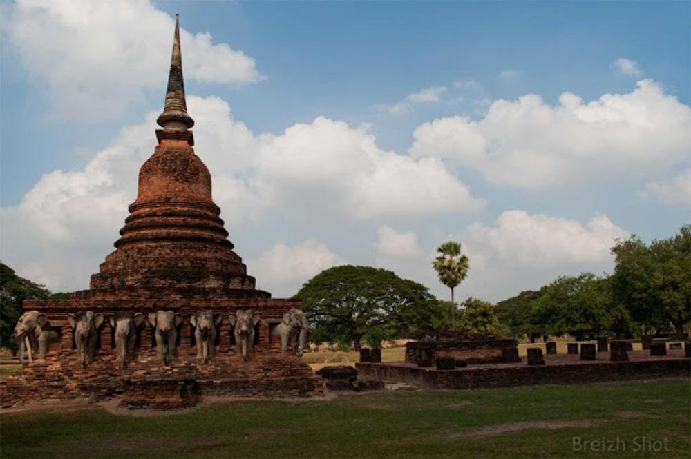 Wat Sorasak - chedi et le hall d'ordination des moines