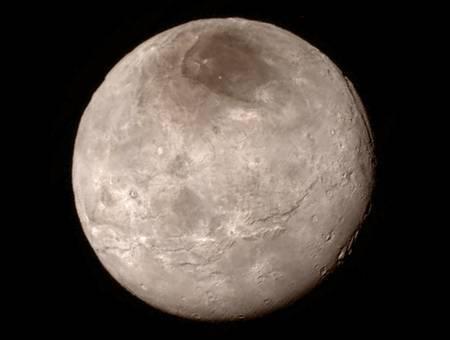 Voici Charon (1.208 km), photographié le 14 juillet 2015 par New Horizons lorsqu'elle était à 466.000 km de sa surface. Le compagnon de Pluton présente une longue bande centrale de falaises et de crevasses. Près du bord supérieur droit, on peut distinguer un canyon profond de 7 à 9 km. Les chercheurs sont très intrigués par la rareté des cratères d'impact. © Nasa, JHUAPL, SwRI