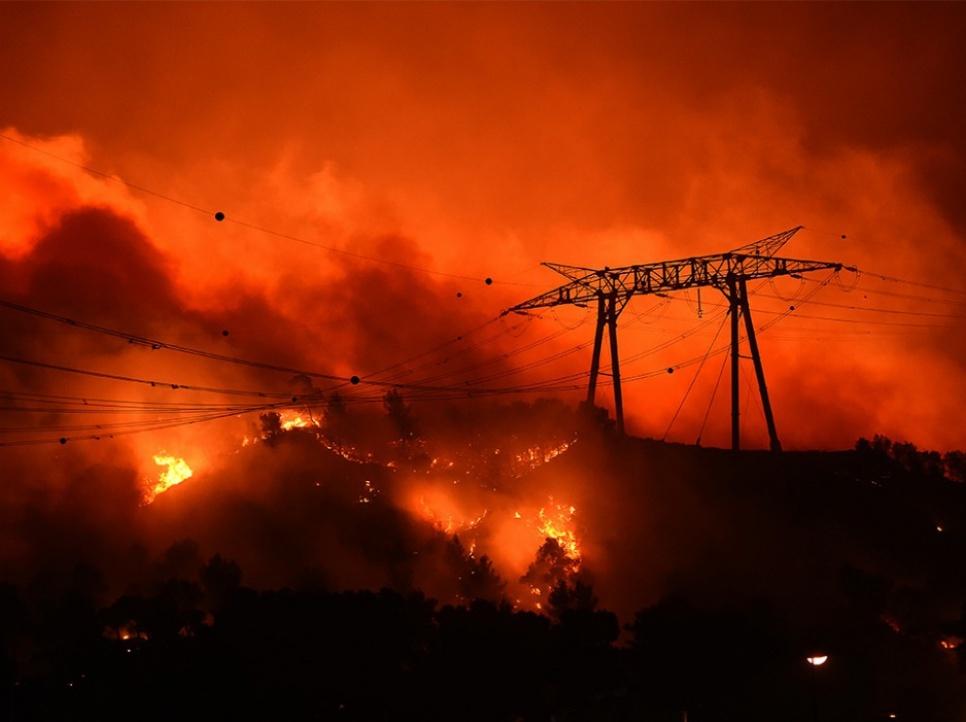 Paysage apocalyptique aux Pennes-Mirabeau (Bouches-du-Rhône), dans la nuit du 10 au 11 août. Cette commune proche de Marseille fait partie de celles durement frappées par les flammes, avec 730 hectares brûlés.