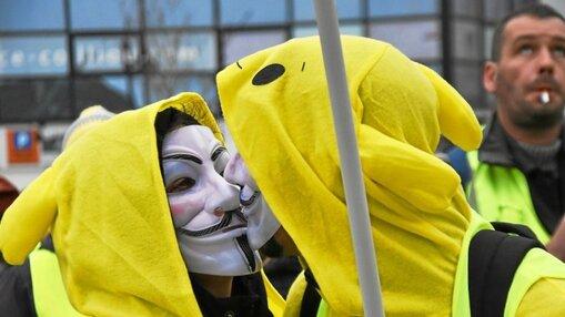Mi «anonymous», mi Pikachu, vrais gilets jaunes.