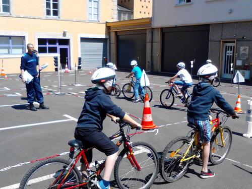 Les CM2 passent l'épreuve pratique de la sécurité routière.