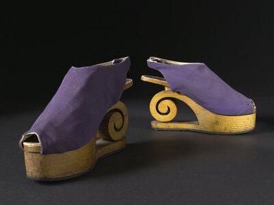 Sandales en taffetas violet, semelles compensées en bois, Dunand, 1941