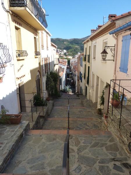 Banyuls - Promenade du Cap d'Osna - la rue Saint-Pierre vue