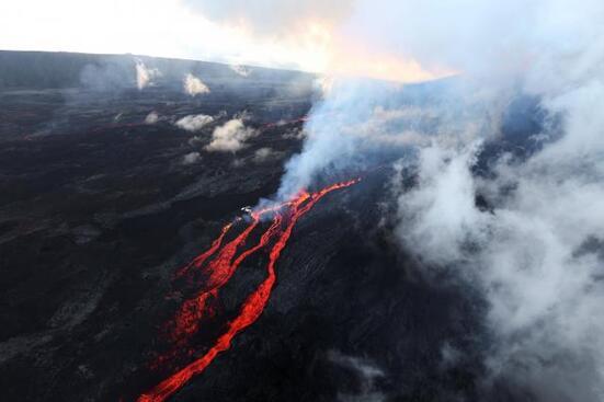 L'éruption, qui s'est déclenchée dimanche à La Réunion au Piton de la Fournaise, pourrait durer plusieurs semaines.