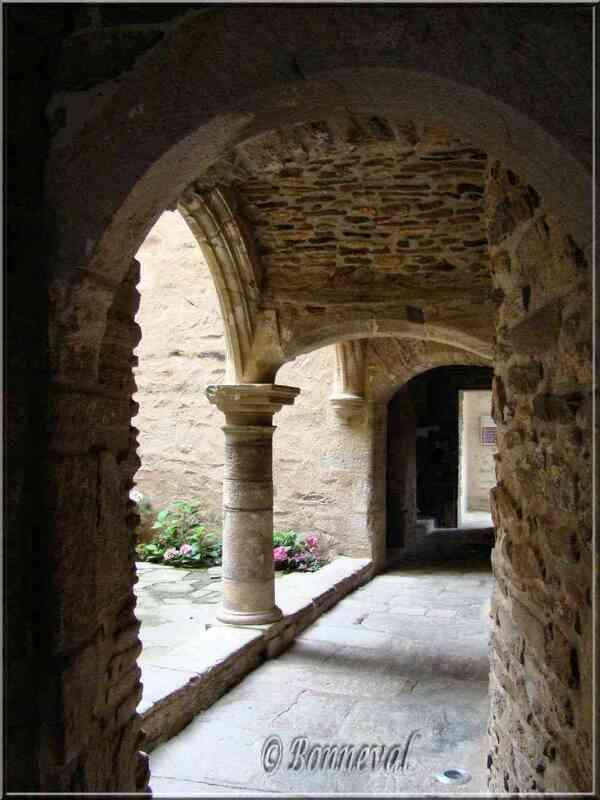 Sauveterre-de-Rouergue Aveyron l'Hôtel de Ville ancien couvent
