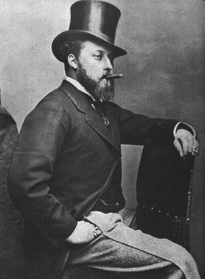 Édouard portant un haut-de-forme et fumant un cigare dans une pose presque arrogante