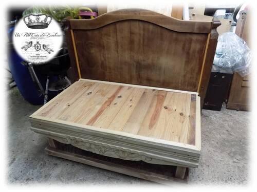 Un banc avec une ancienne tête de lit