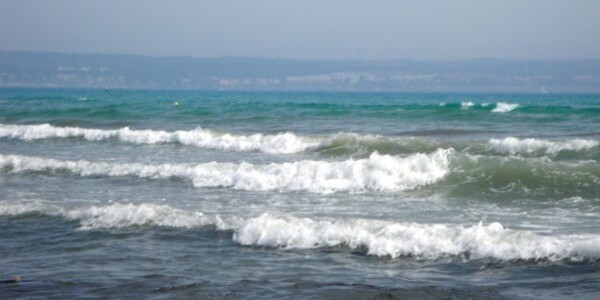 la mer sourit au loin