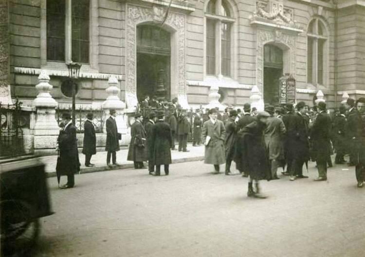 Incidents à la sortie de la Faculté de Droit, devant les portes d'entrée donnant sur la rue Saint-Jacques, le 7 décembre 1909 (photographie de presse. Agence Roll)