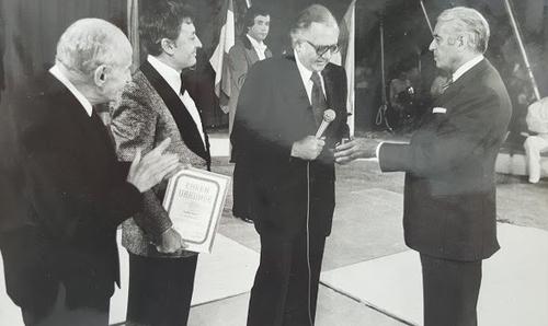 remise de la médaille du cirque à Jean Richard en 1975 ( archives André Vylar)