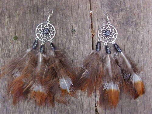 Boucles d'oreilles capteur de rêve avec leurs plumes de faisan et leurs perles noires