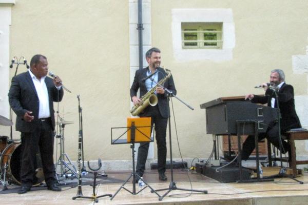 Jean-Pierre Dérouard et son trio, nous a offert un éblouissant concert de swing au jardin de la mairie