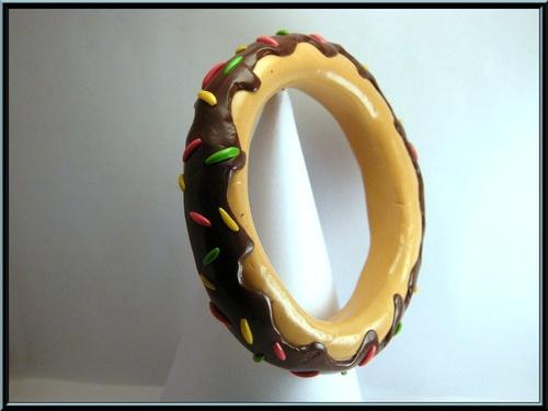 Bracelet jonc donuts au chocolat en fimo.