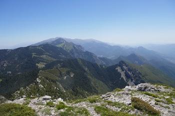 Vers l'Est, le relief tourmenté du flanc Sud de la Serra de Moixero