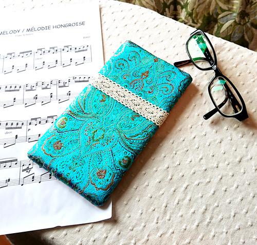 Version  - Etui molletonné pour téléphone, lunettes, maquillage, Brocart satin turquoise motifs rouge, vert, argent, 18,5 x 10,5 cm