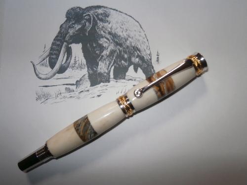 STYLO PLUME de LUXE en BOIS de CERF et MOLAIRE fossilisée de MAMMOUTH