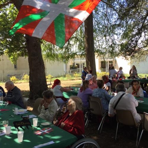 Petite fête Basques à la maison de retraite de maman