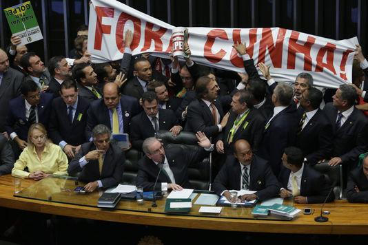 «Il n'y aura pas de coup d'Etat! Il n'y aura pas de coup d'Etat !», criaient les députés de la gauche au pouvoir.