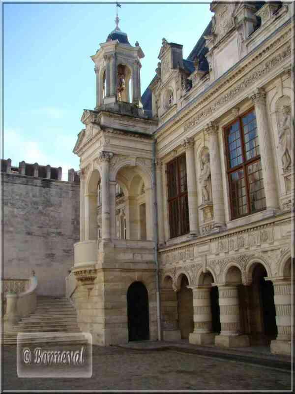 La Rochelle Hôtel de Ville cour intérieure escalier et statue d'Henri IV