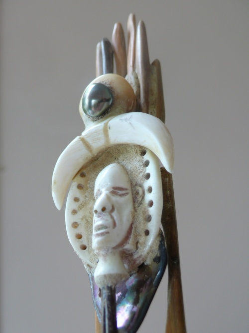 tete d'amulette en Os ,Gaîac,surmonté d'un KESHI (perle noir)