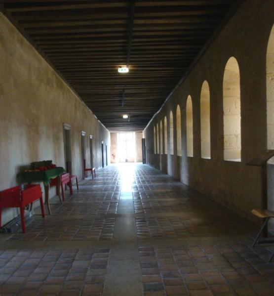 Noirlac, intérieur du dortoir des moines avec les fenêtre