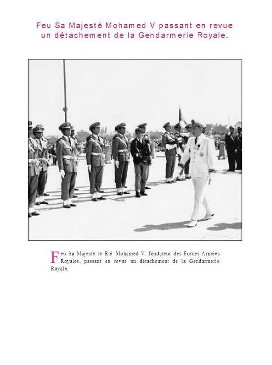 Feu Sa Majesté Mohamed V passant en revue un détachement de la Gendarmerie Royale