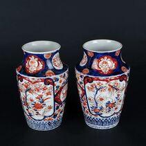 Paire de vases en porcelaine à décor Imari. Japon, début du XXe siècle