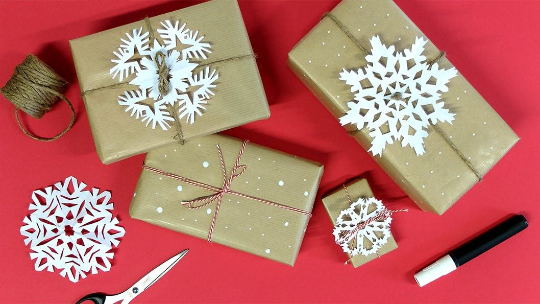 3 id es de paquets cadeaux avec du papier kraft suncaty - Envolver regalos de navidad ...