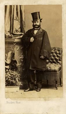 Portrait Dhomme En Pied Chapeaute Dun Haut De Forme Une Chaise Capitonnee Derriere Lui