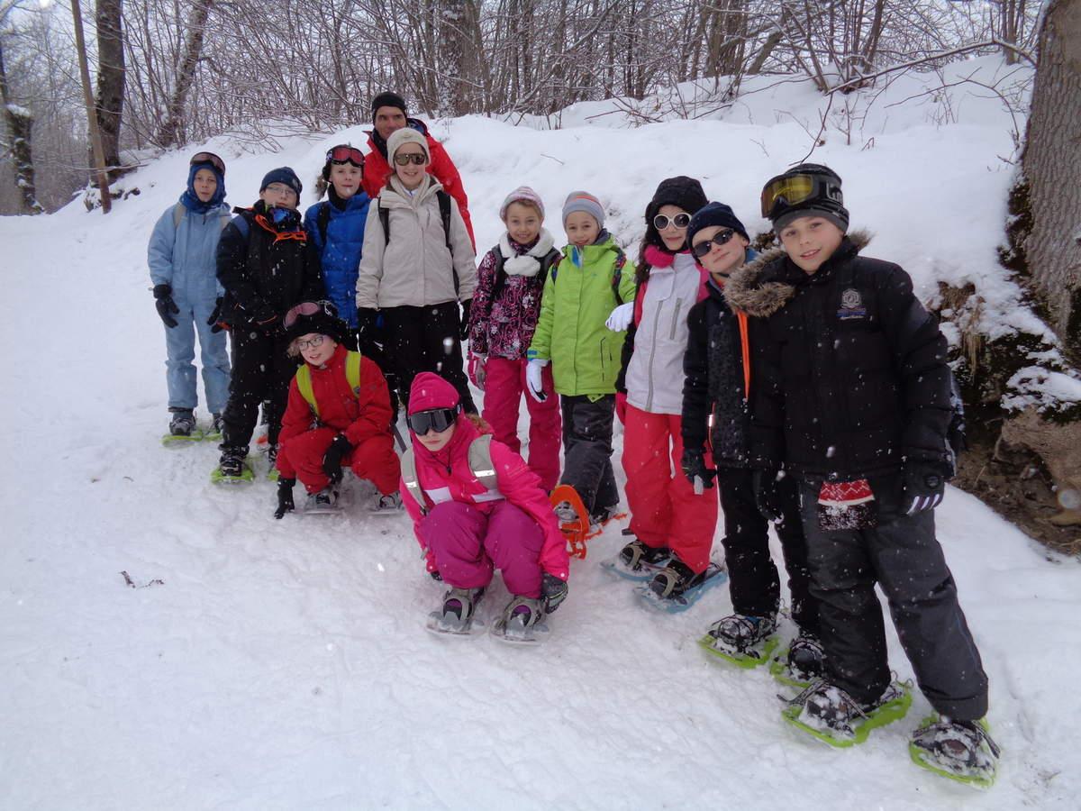 Tout le monde a enfilé ses raquettes! ça n'a pas été une mince affaire!!! Qu'est ce que ça va être quand il faudra chausser des skis!