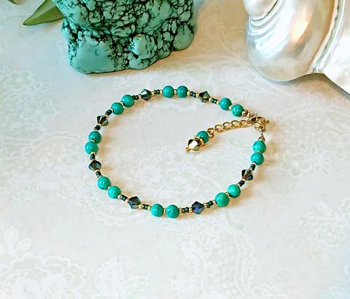 Bracelet pierre de turquoise et cristal de Swarovski 4mm / acier doré  Turquoise stone 4mm and Swarovski crystal golden steel bracelet