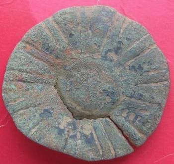objet circulaire en bronze face