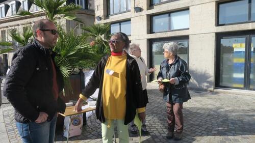 Les membres du comité ont incité les passants à signer leur pétition.