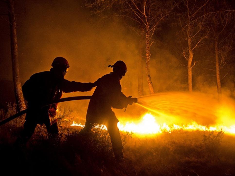 Les pompiers lors de leur intervention contre l'incendie aux Pennes-Mirabeau. Outre les Bouches-du-Rhônes, des incendies sévissent actuellement dans l'Hérault, où quatre pompiers ont été blessés, dont trois qui sont en urgence absolue.