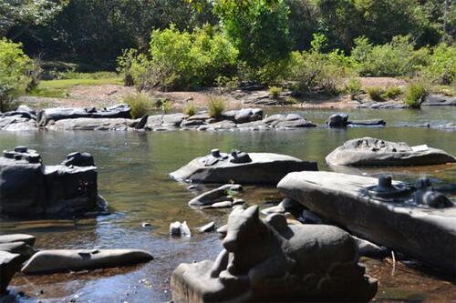 Inde : la sécheresse révèle des antiques sculptures de Shiva Lingas