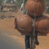 Burkina Ouaga Transport périlleux de poteries