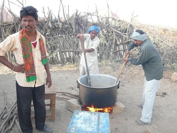 des hommes préparent le repas