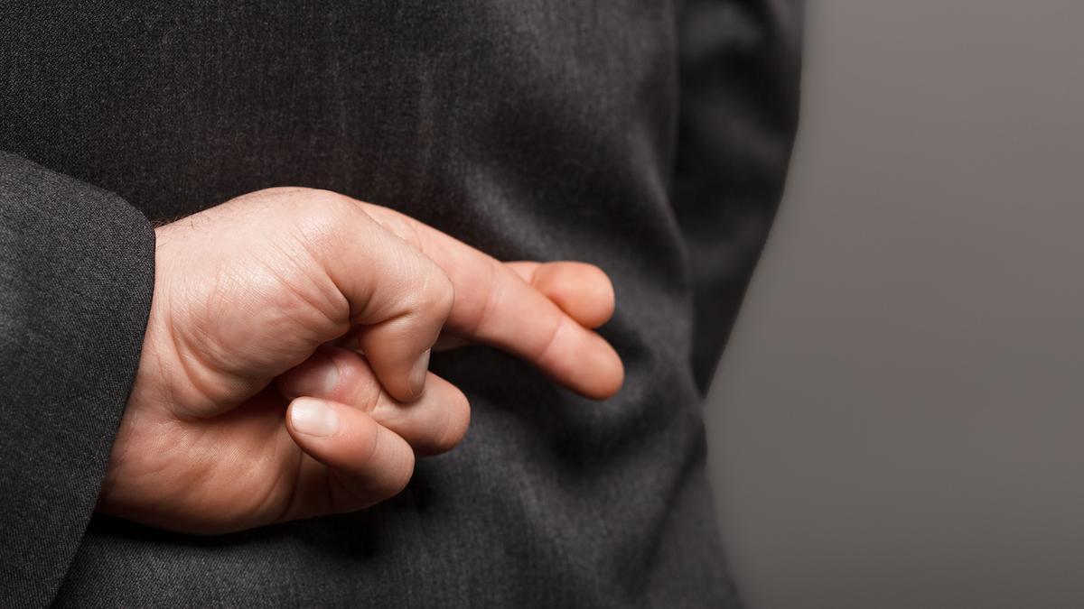 Homme croisant ses doigts derrière son dos