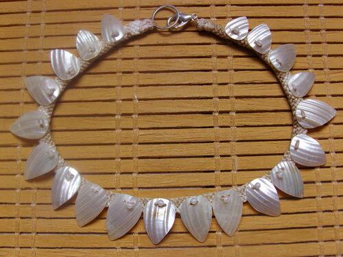 Boucles d'oreilles et collier réalisés avec des cordons