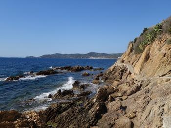 Le sentier du littoral. Au fond, le Cap Bénat