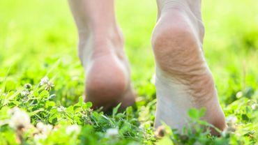 Marcher pieds nus pour booster son énergie vitale !