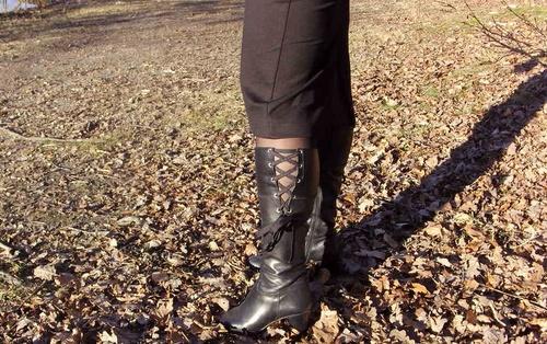 Customisation sur des bottes noires