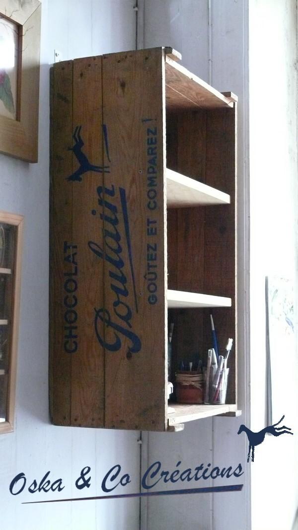 etagere-murale-dans-une-caisse-ancienne-de-chocolat-Poula.jpg