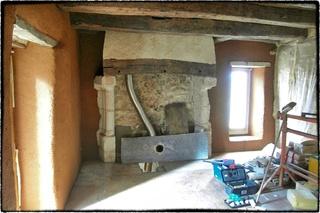 Enduits terre, à pierres vues et paillasse cuisine