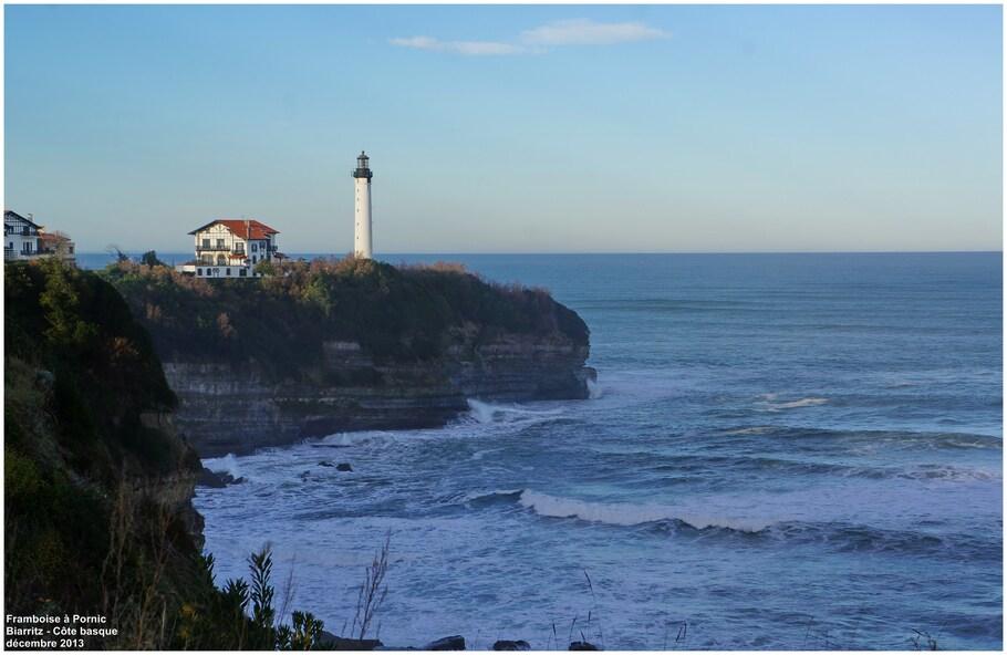 phare de Biarritz vu d'Anglet au dessus de la Chambre d'Amour