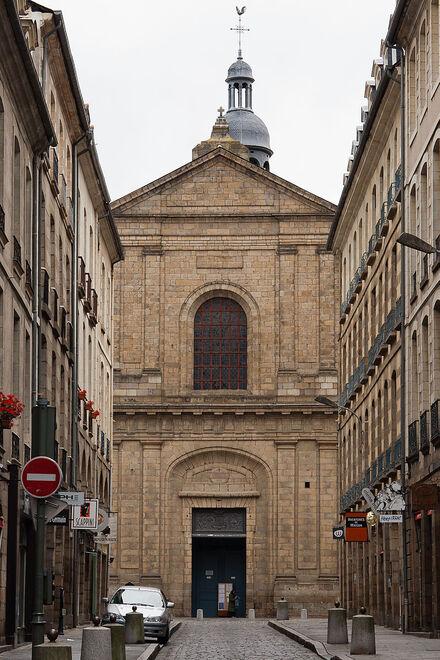 La photographie est prise de l'extrémité est de la rue du Guesclin, afin de souligner la mise en perspective de la façade. On voit le sommet du beffroi, mais les côtés de la façade et la tour (au nord) sont masqués par les immeubles de la rue. L'inscription christo salvatori en médaillon au-dessus du portail indique la dédication de l'église au Saint-Sauveur.