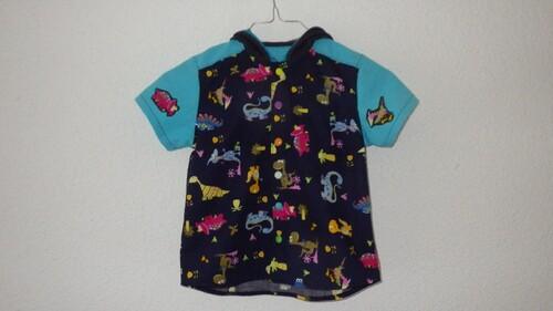 Une chemisette à capuche