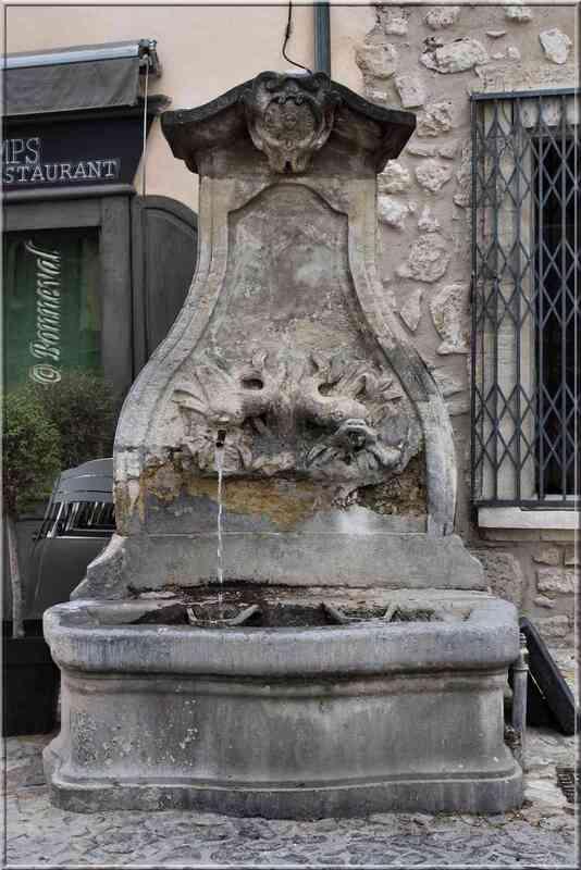 Fontaine des Augustins ou des Dauphins Pernes-les-Fontaines Vaucluse