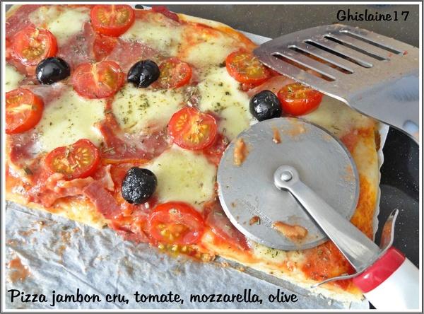 Pizza au jambon cru, tomate, mozzarella, olive