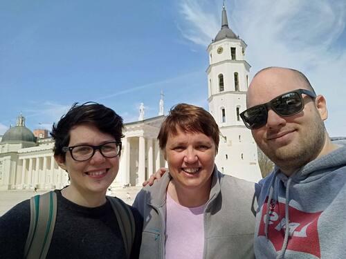 Devant la cathédrale de Vilnius